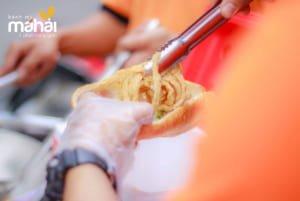 Bánh mì chả cá Má Hải là một món ăn vô cùng thơm ngon và thu hút.