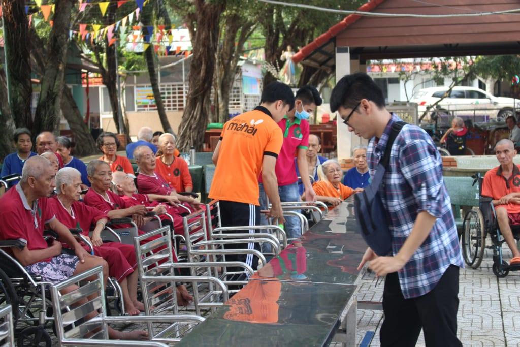 Các tình nguyện viên cùng nhau sắp xếp, chuẩn bị cho chương trình thiện nguyện.