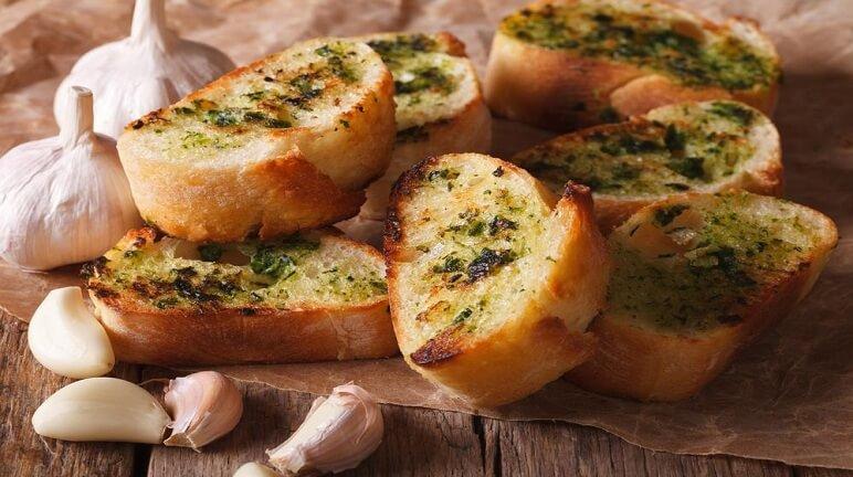 Bánh mì bơ tỏi cực thơm ngon từ bánh mì cũ.